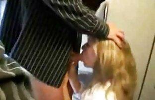 Alexis Adams, une webcam filmpournou aux gros seins, joue avec la chatte